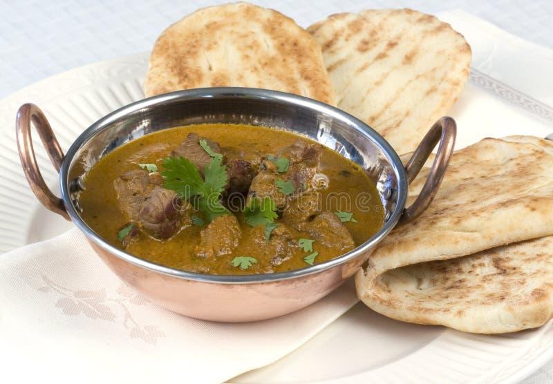 Il curry è servito con il pane di Naan immagini stock