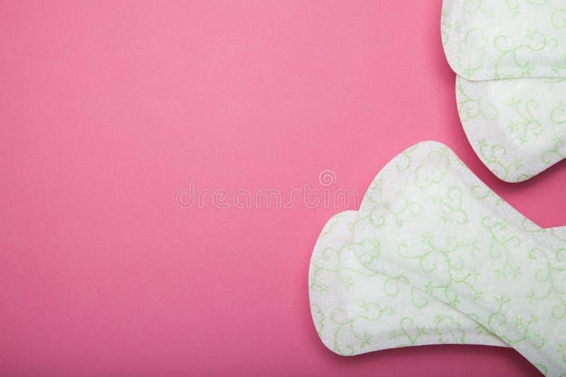 Il cuscinetto sanitario delle donne su fondo rosa Spazio vuoto della copia per testo fotografie stock
