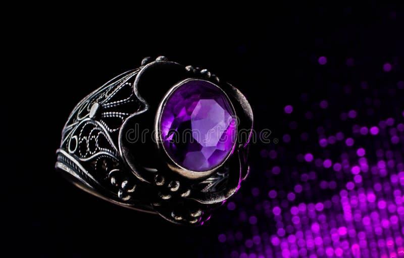 Il cuscino ametista porpora ha tagliato l'anello di fidanzamento dei gioielli di modo del diamante immagini stock libere da diritti