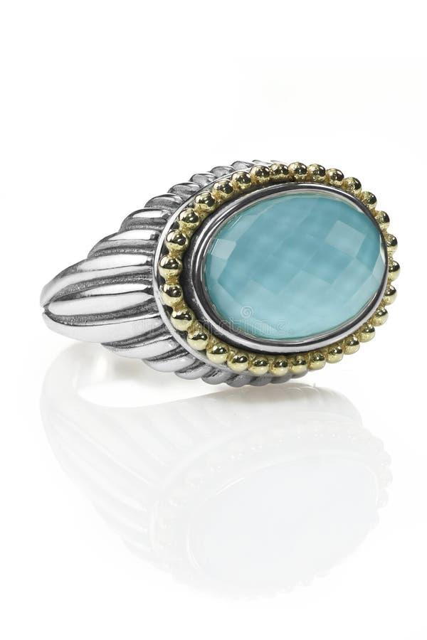 Il cuscino blu del doppietto ha tagliato l'anello di pietra di modo della pietra preziosa del topazio fotografia stock