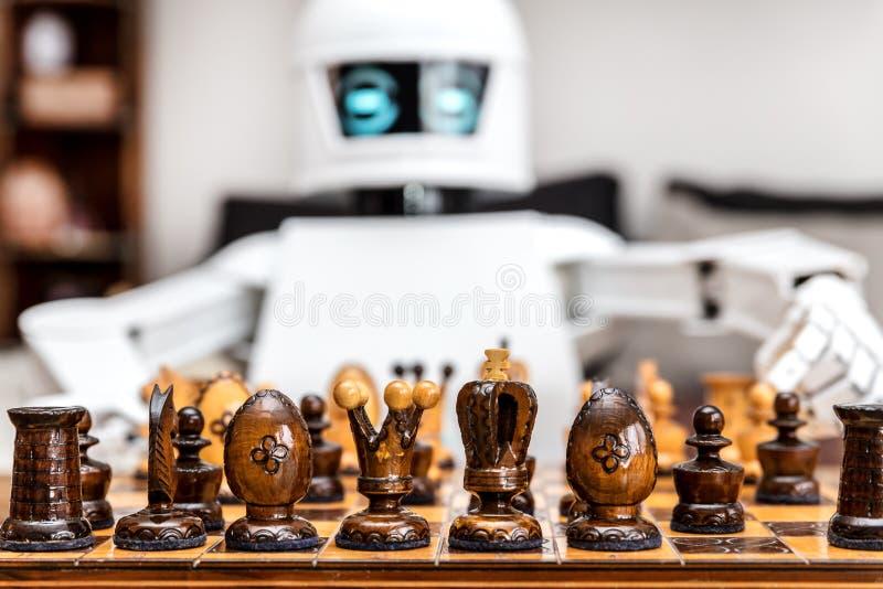 Il cyborg o il roboter sta giocando gli scacchi fotografia stock libera da diritti