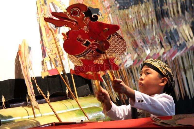 Il Dalang Wayang dei bambini indonesiani immagine stock libera da diritti