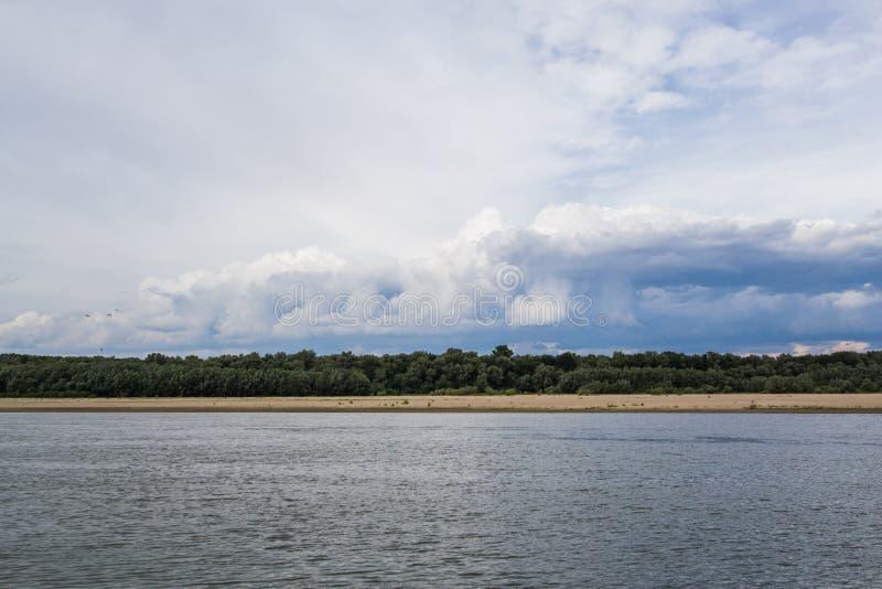 Il Danubio che esamina la riva rumena immagine stock