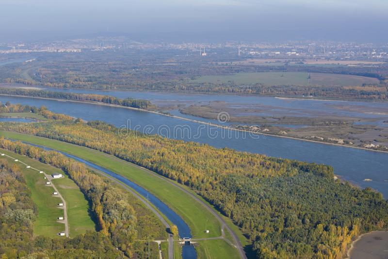 Il Danubio sotto Bratislava dall'aeroplano - Slovacchia fotografia stock