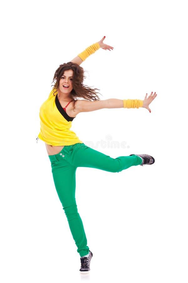 Il danzatore con il piedino e le braccia ha esteso fotografie stock libere da diritti