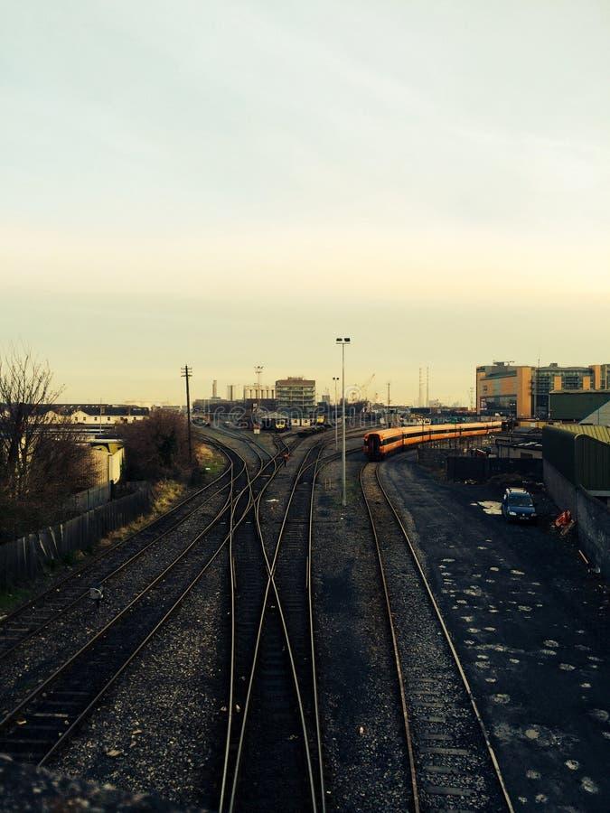 Il DARDO è sulla ferrovia a Dublino, Irlanda immagini stock