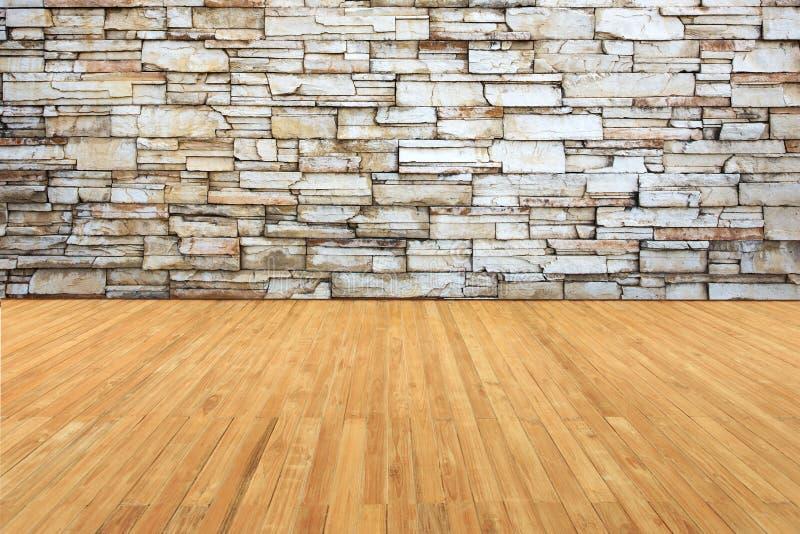 Il decking del legname si collega alla vecchia parete di pietra grigia immagine stock