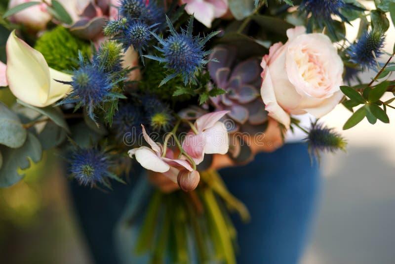 Il decoratore del fiorista della donna del primo piano tiene il bello bouq del fiore fresco fotografia stock libera da diritti