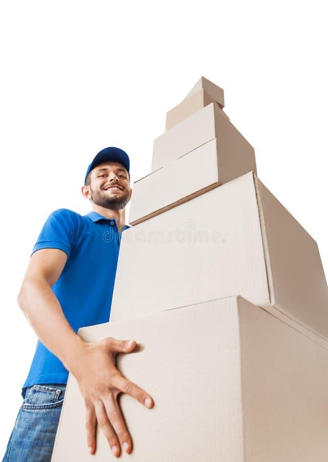 Il Deliverer tiene il mucchio delle scatole di cartone, vista dal basso fotografia stock