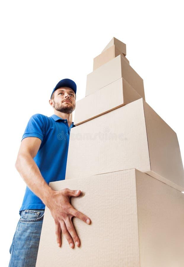 Il Deliverer tiene il mucchio delle scatole di cartone, vista dal basso fotografie stock libere da diritti