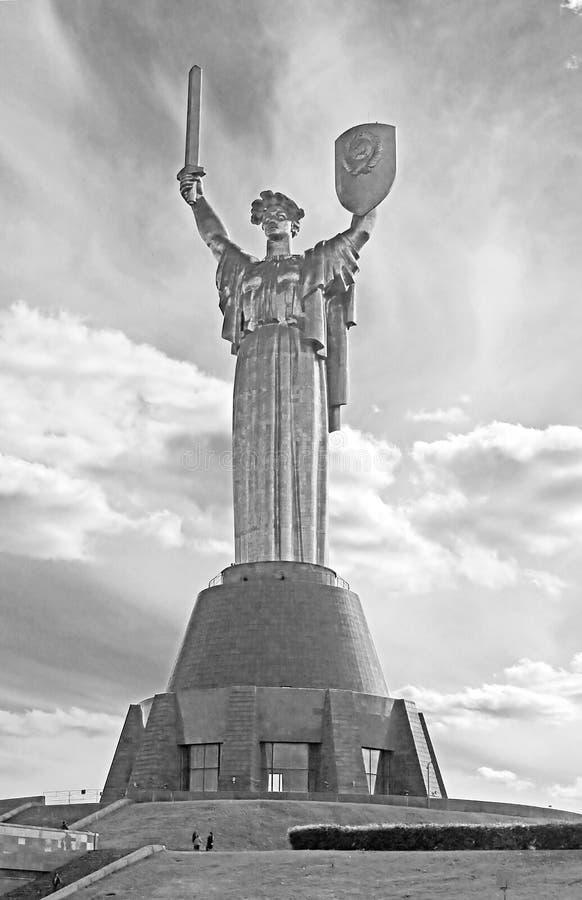 Il ` della patria della madre del ` del monumento decorato con una corona dei papaveri il giorno del ricordo e della riconciliazi fotografia stock libera da diritti