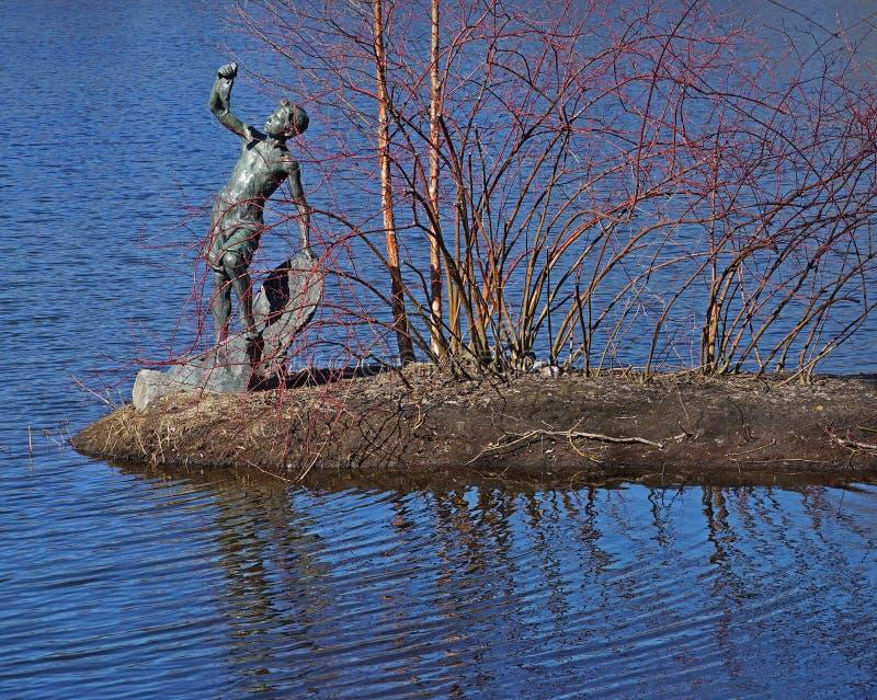 Il ` della scultura bronzea il ragazzo con il ` del pesce immagini stock libere da diritti
