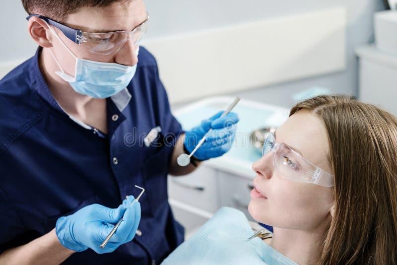 Medico Del Dentista Cura La Ragazza Paziente Dei Denti In