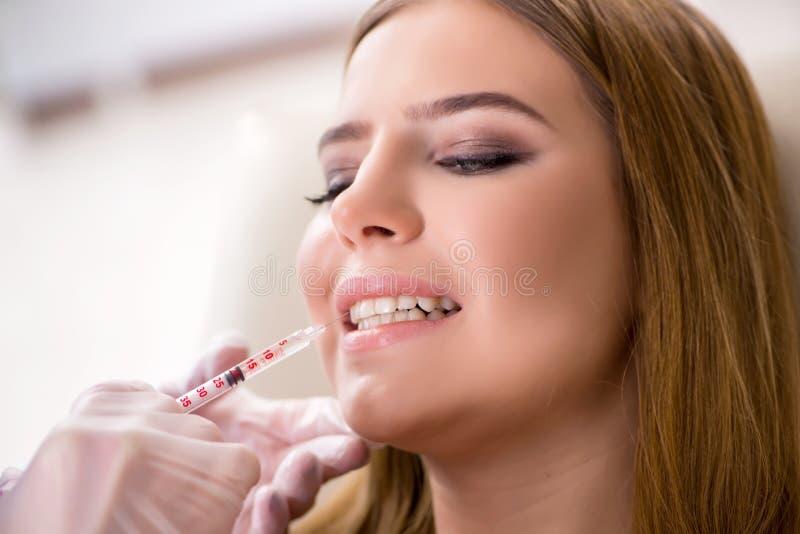 Download Il Dentista Di Visita Paziente Della Donna Per Il Controllo Generale Regolare Fotografia Stock - Immagine di sano, igiene: 117976310