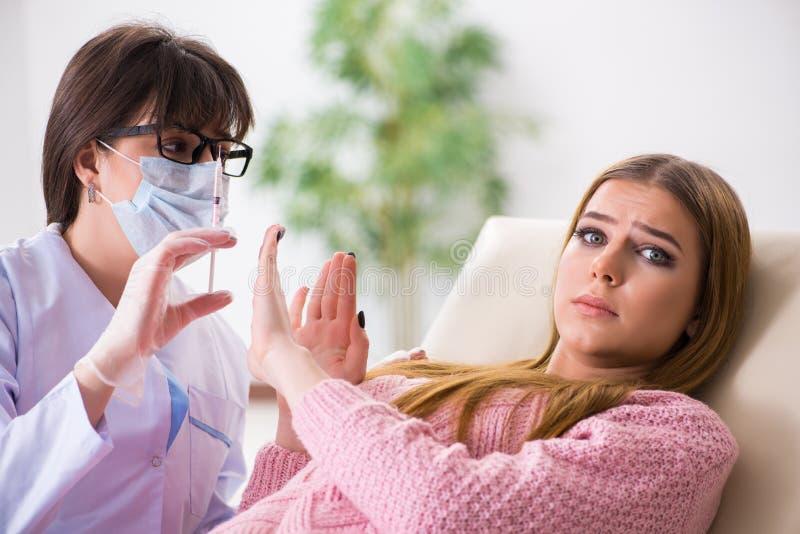 Download Il Dentista Di Visita Paziente Della Donna Per Il Controllo Generale Regolare Immagine Stock - Immagine di medicina, implant: 117976475