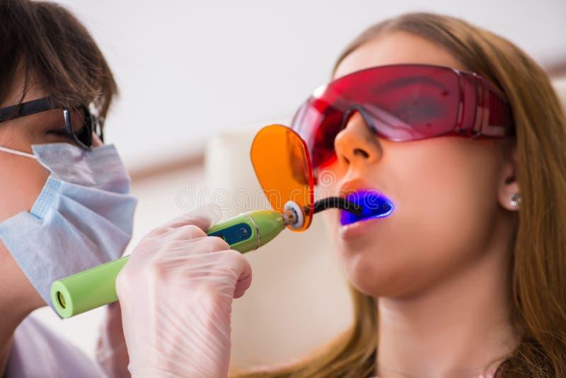 Download Il Dentista Di Visita Paziente Per Il Controllo Generale Ed Il Riempimento Regolari Immagine Stock - Immagine di sano, dentista: 117976463