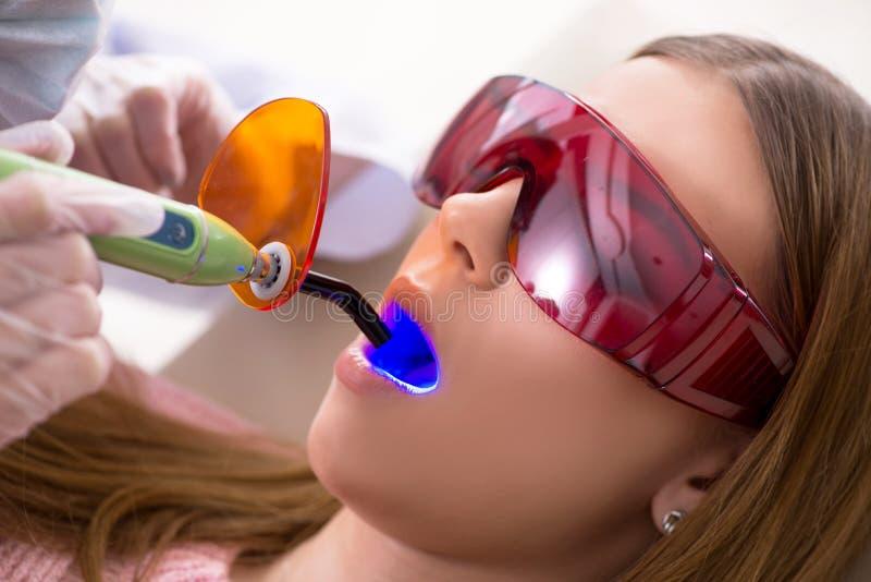 Download Il Dentista Di Visita Paziente Per Il Controllo Generale Ed Il Riempimento Regolari Fotografia Stock - Immagine di clinico, medico: 117976506