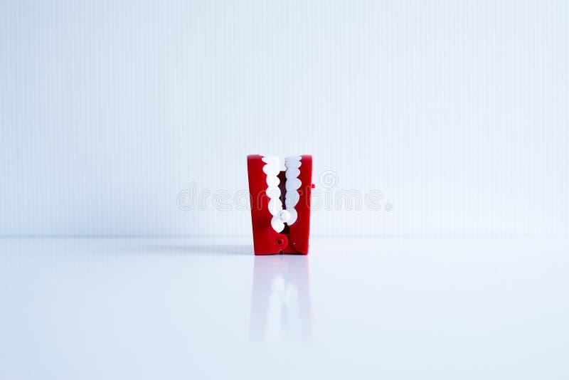 Il dentista diagnostica i modelli di plastica dei denti su blackground bianco, concetto di controllo dentario fotografia stock