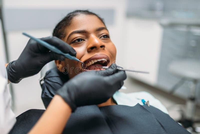 Il dentista esamina i denti, clinica dentaria fotografia stock libera da diritti