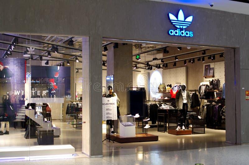 Il deposito di adidas nel centro commerciale immagini stock
