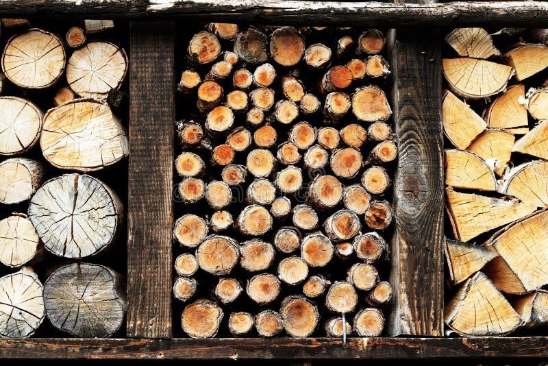 Il deposito di legna da ardere di legno accatasta fuori immagini stock