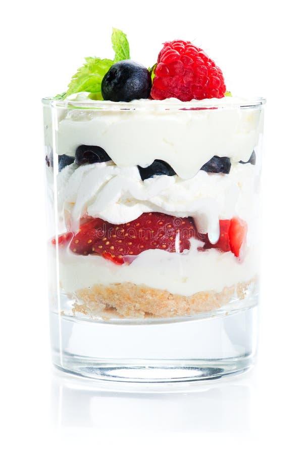 Il dessert del ristorante è servito in un vetro isolato su bianco fotografie stock libere da diritti