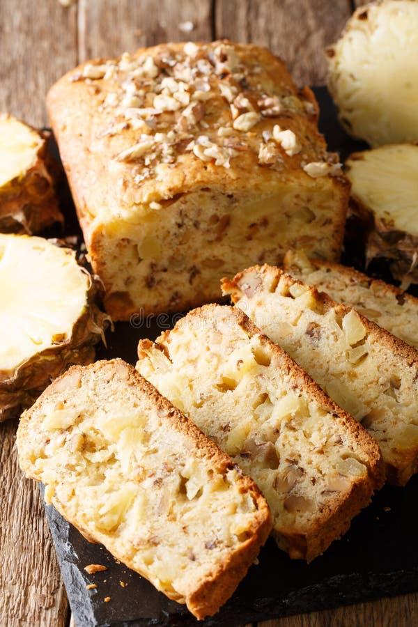 Il dessert delizioso ha affettato il pane dell'ananas con il primo piano delle noci fotografie stock libere da diritti
