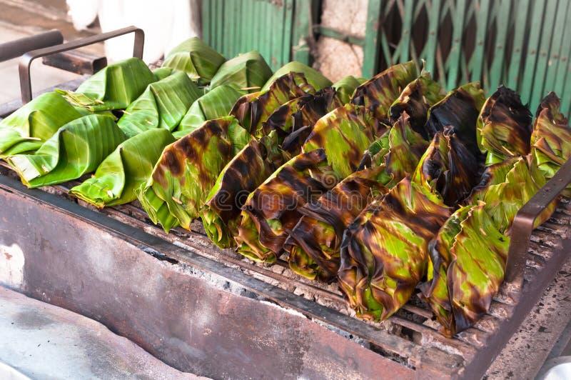 Il dessert della Tailandia avvolto in banana va, crema del latte di cocco con il dolce della noce di cocco, riso appiccicoso arro immagini stock libere da diritti
