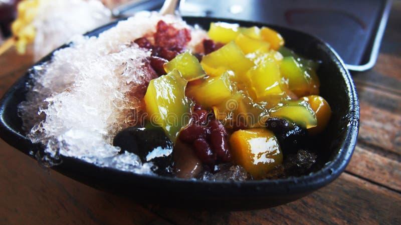 Il dessert di Taiwan ha raso la palla nera di patate dolci del ghiaccio fotografie stock libere da diritti