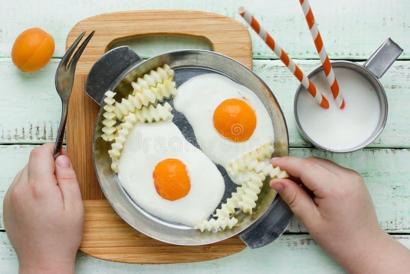 Il dessert o la prima colazione della mela dell'albicocca del formaggio cremoso gradisce un uovo fritto immagini stock