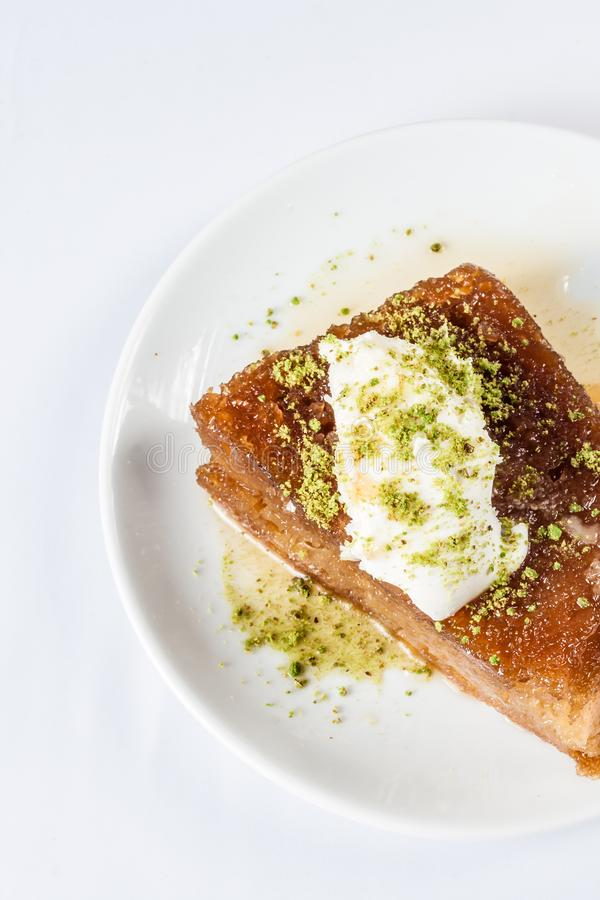 Il dessert turco Ekmek Kadayifi, impana il budino con crema fotografie stock libere da diritti