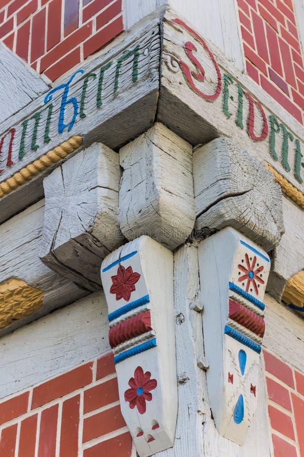 Il dettaglio d'angolo di una metà variopinta ha armato in legno la casa in Verden immagini stock libere da diritti