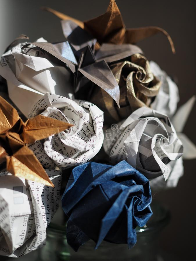 Il dettaglio degli origami di carta fiorisce il mazzo fotografia stock libera da diritti