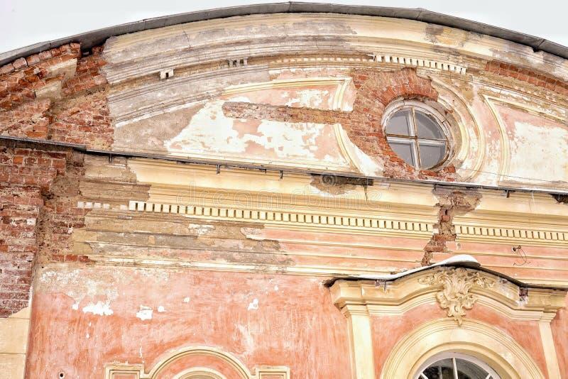 il dettaglio del primo piano delle finestre della costruzione della storia dell'architettura ha rovinato la parete rosa Sankt-Pie fotografia stock libera da diritti