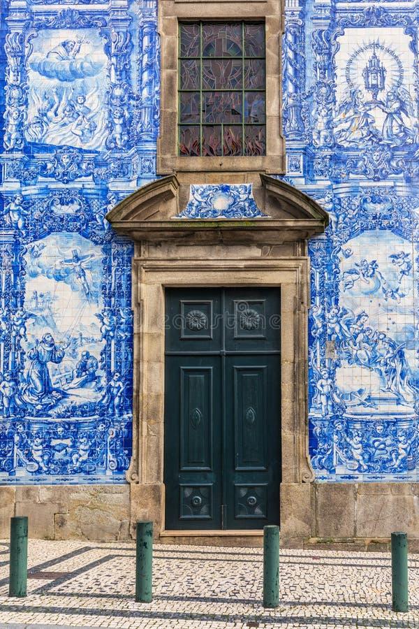 Il dettaglio della facciata della chiesa Igreja fa il DOS Carmelitas a Ribeira - la vecchia città di Carmo di Oporto fotografie stock