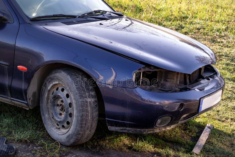 Il dettaglio della parità anteriore di vecchia automobile blu dal 1990 s senza fari immagini stock