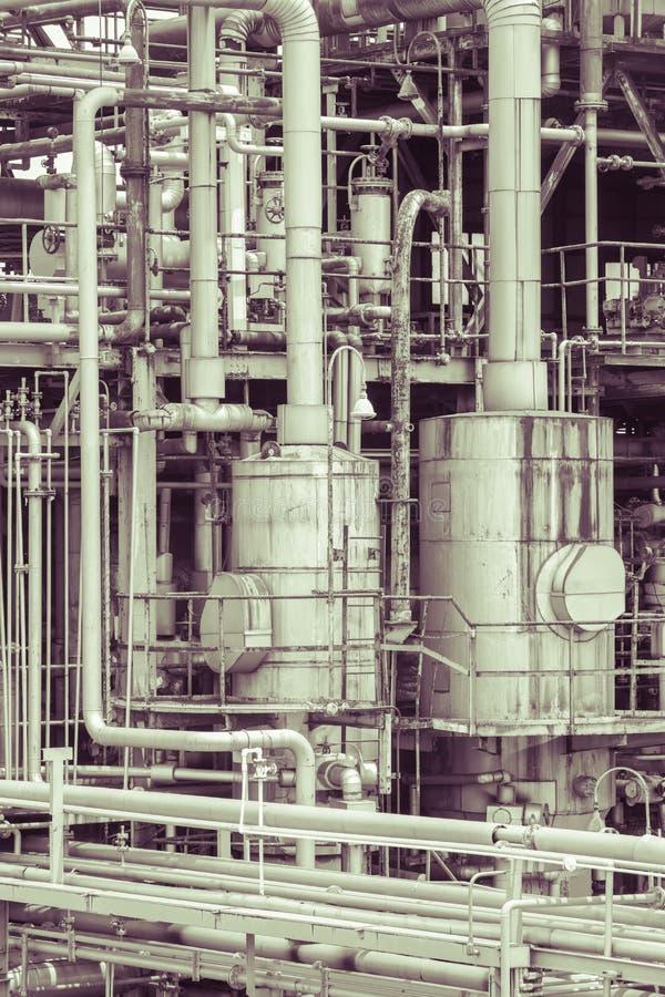 Il dettaglio della pianta della raffineria di petrolio nel tono d'annata pubblica immagini stock
