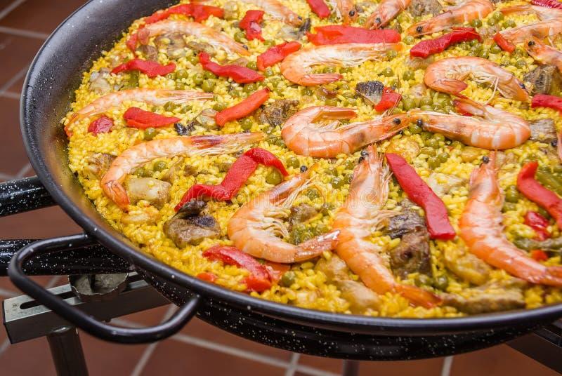 Il dettaglio di paella spagnola tradizionale ha cucinato in una pentola immagini stock libere da diritti