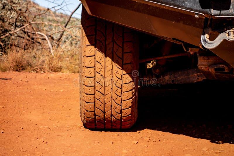 Il dettaglio di un pneumatico fuori strada su un'automobile giapponese 4x4 immagini stock libere da diritti
