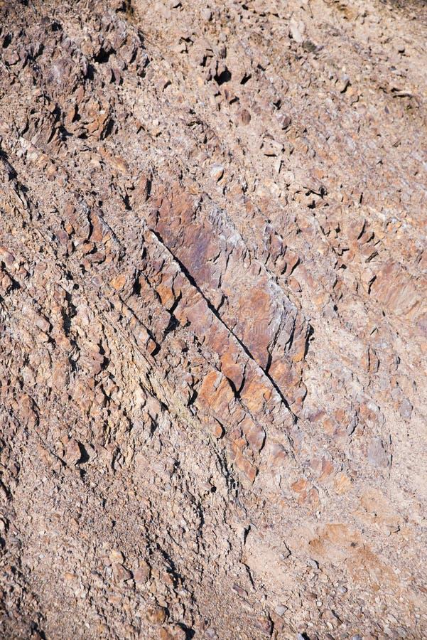 Il dettaglio di una roccia ha creato dal genere di macchine, uomo della costruzione pesante fatto fotografia stock