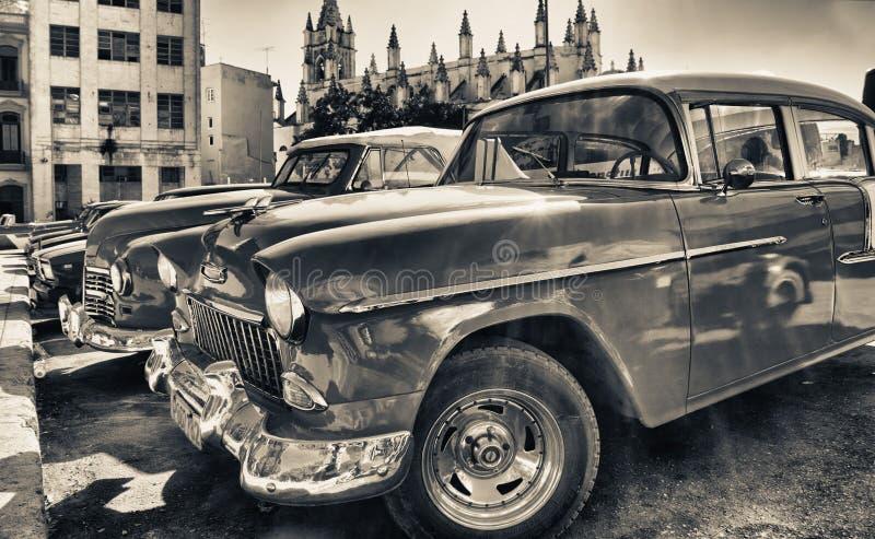 il dettaglio di vecchia automobile americana ha parcheggiato in una via immagini stock