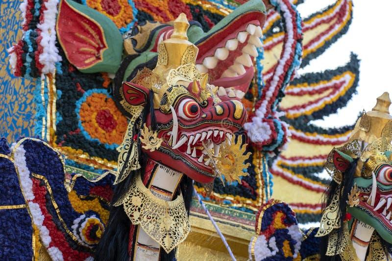 Il dettaglio ha offerto la torre di cremazione con le sculture tradizionali di balinese dei demoni e dei fiori sulla via centrale immagine stock libera da diritti