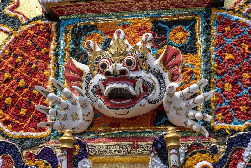 Il dettaglio ha offerto la torre di cremazione con le sculture tradizionali di balinese dei demoni e dei fiori sulla via centrale fotografie stock