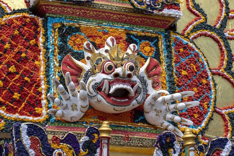 Il dettaglio ha offerto la torre di cremazione con le sculture tradizionali di balinese dei demoni e dei fiori sulla via centrale fotografia stock libera da diritti