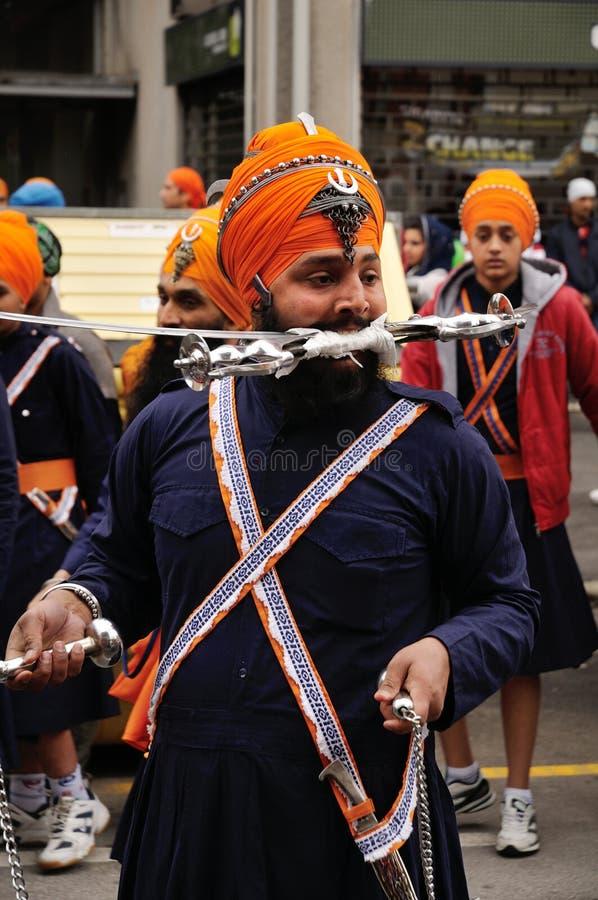Il devoto sikh prepara effettuare a Baisakhi 2012 immagine stock