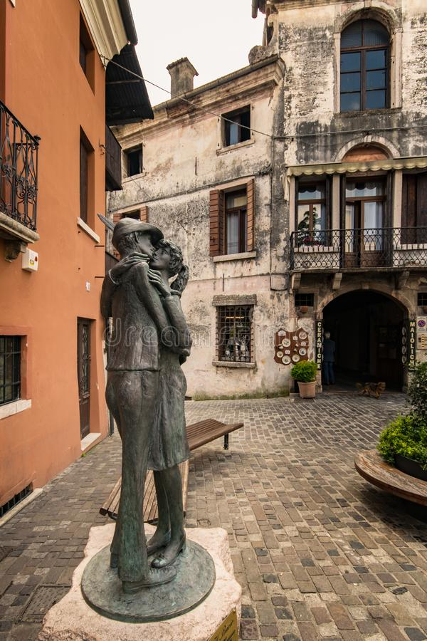 Il ` il ` di bacio è la statua donata dal Alpini alla città di Bassano e rappresenta il bacio fra un alpino ed il suo cari immagine stock