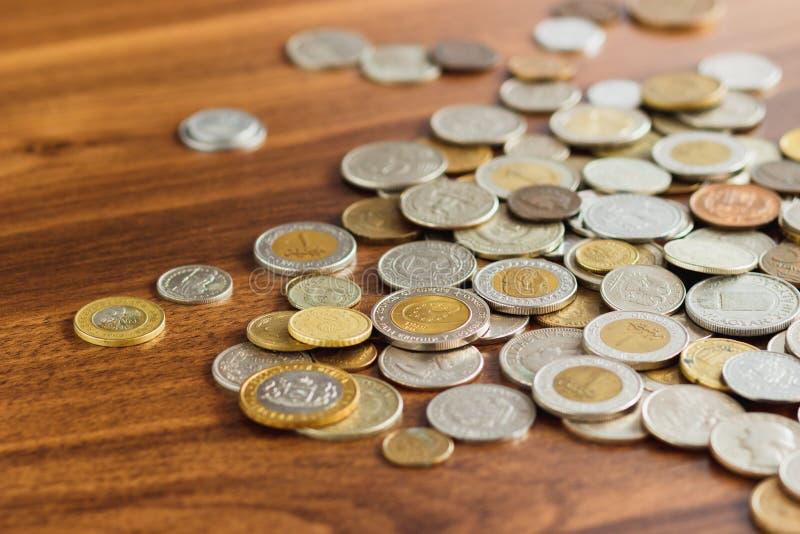 Il ` differente s del collettore dell'argento e dell'oro conia sulla tavola di legno immagini stock