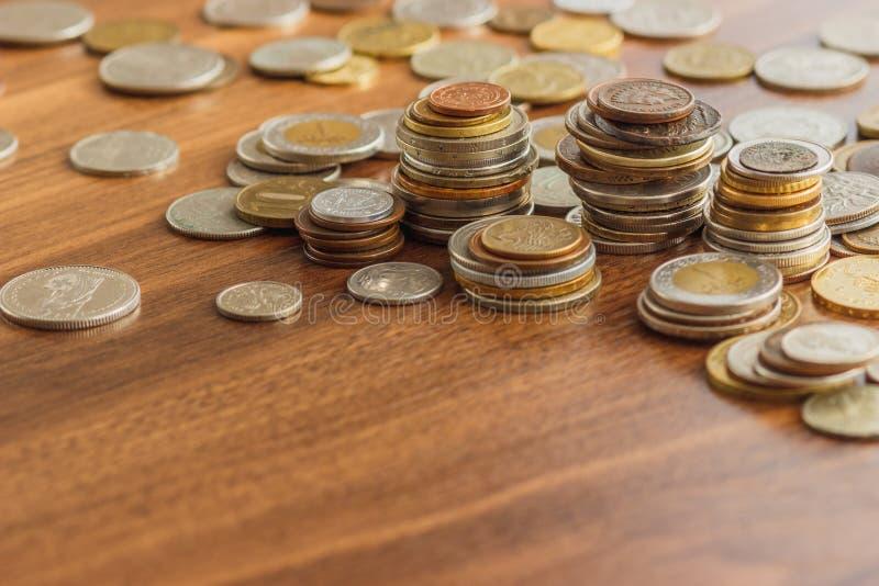 Il ` differente s del collettore dell'argento e dell'oro conia sulla tavola di legno fotografia stock