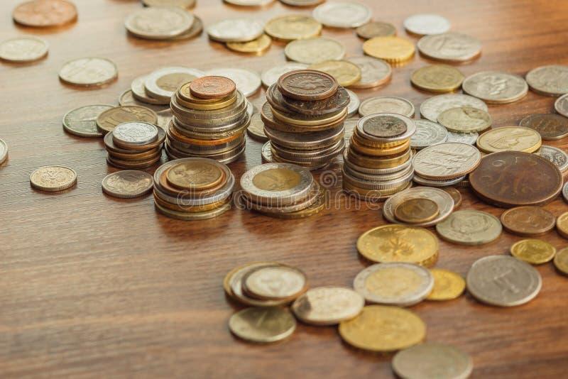 Il ` differente s del collettore dell'argento e dell'oro conia sulla tavola di legno fotografia stock libera da diritti