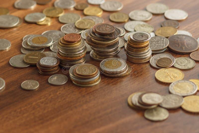 Il ` differente s del collettore dell'argento e dell'oro conia sulla tavola di legno immagine stock libera da diritti